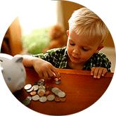 Знакомим ребенка с деньгами